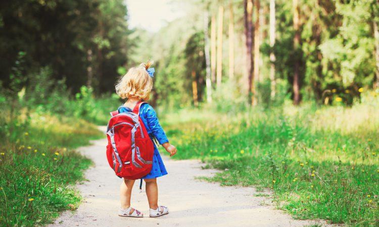 Kind allein auf einem Waldweg