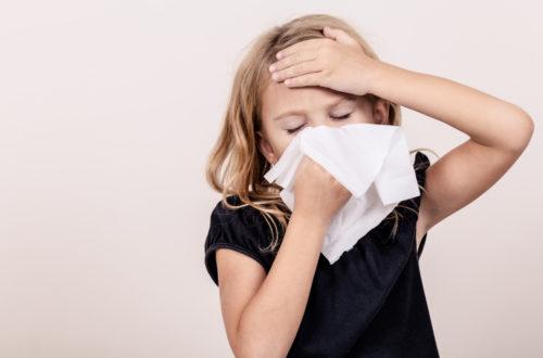 algovir®Nasenspray - Kind putzt sich die Nase